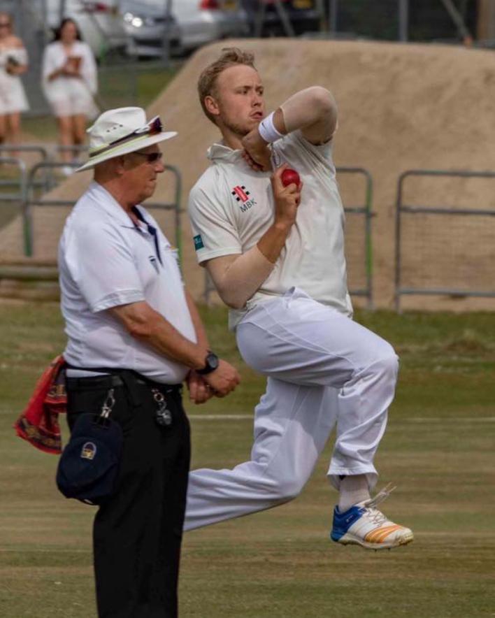 Dansk crickettalent spiller klub-cricket i England